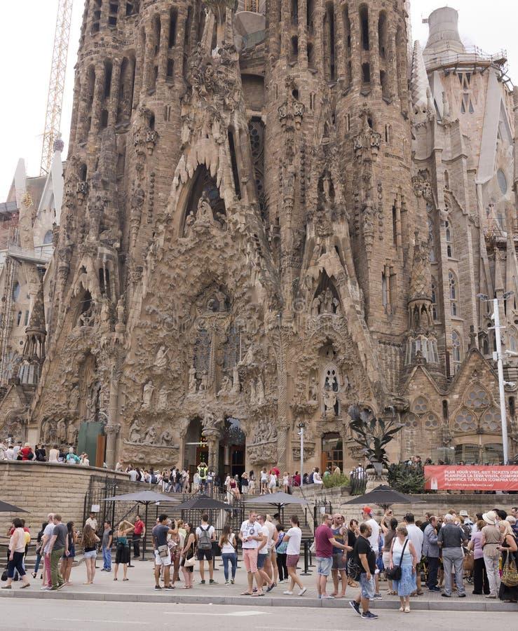 Turister som besöker Sagradaen Familia royaltyfri fotografi