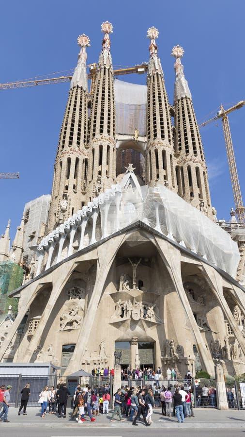 Turister som besöker sikten av Sagradaen Familia arkivbild
