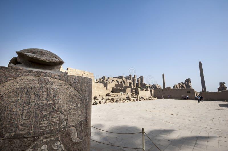 Turister som besöker templet av Amun fotografering för bildbyråer