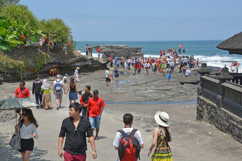 Turister som besöker templet av den Tanah lotten, Bali royaltyfri fotografi