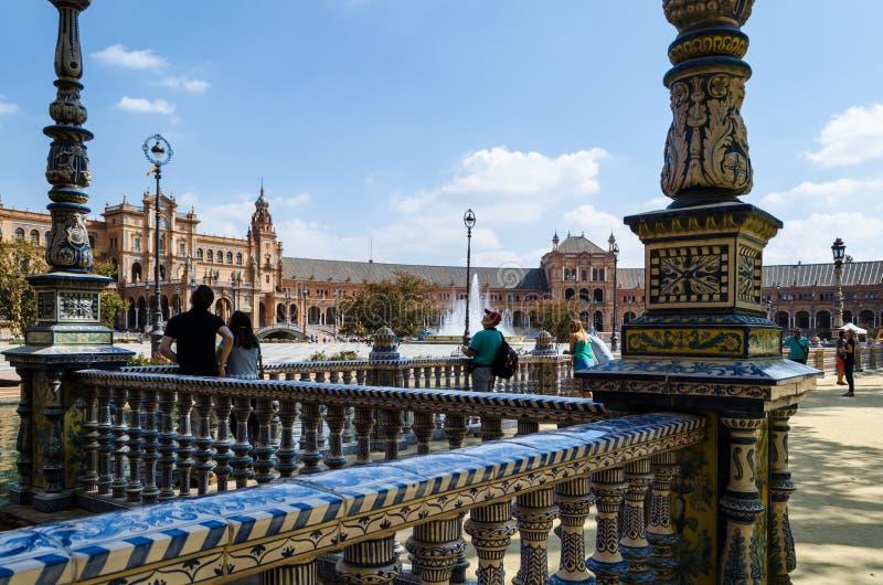Turister som beskådar plazaen av Spanien, Seville, Andalusia, Spanien royaltyfri bild