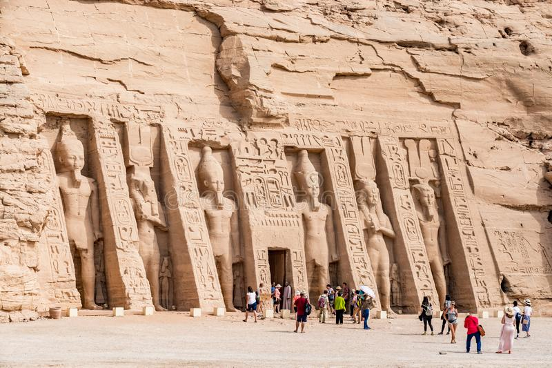 Turister som beundrar den stora Abu Simbel templet, Egypten arkivbild