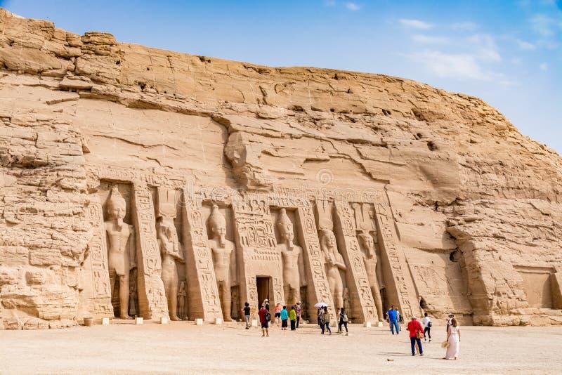 Turister som beundrar den stora Abu Simbel templet, Egypten royaltyfri fotografi