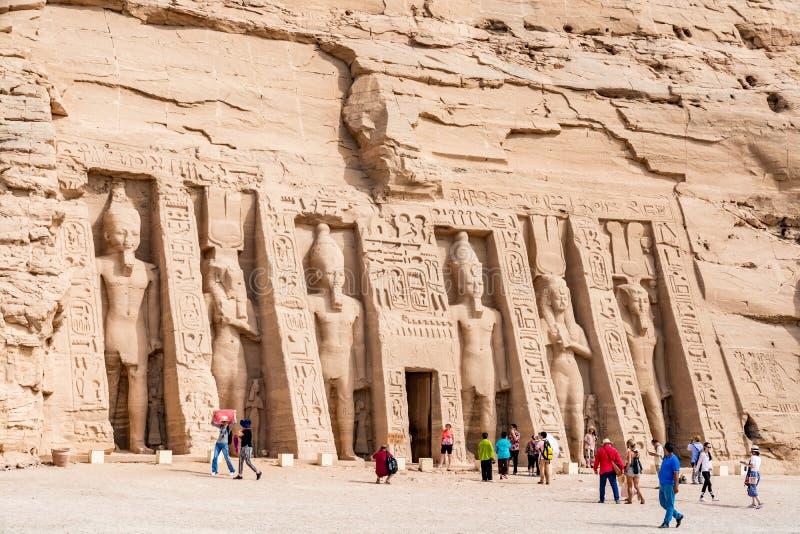 Turister som beundrar den stora Abu Simbel templet, Egypten royaltyfri bild