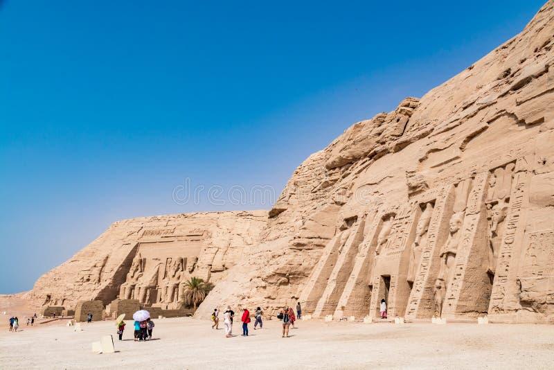 Turister som beundrar den stora Abu Simbel templet, Egypten royaltyfria bilder