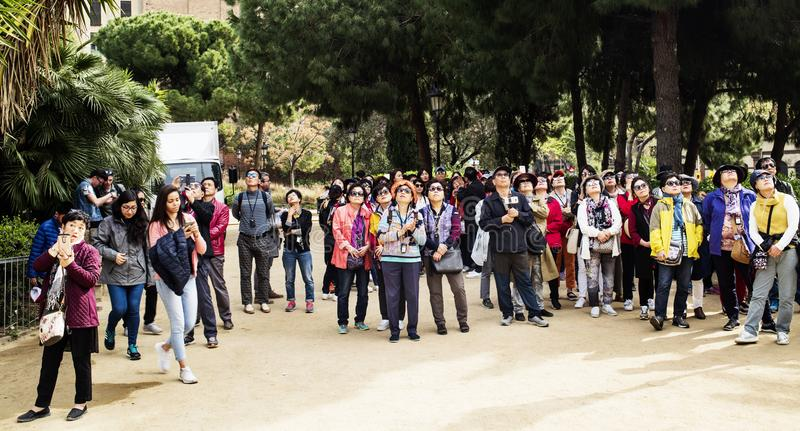 Turister som beundrar La Sagrada Familia i Barcelona arkivfoto