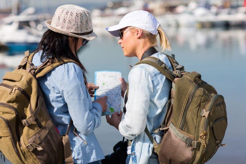 Turister som diskuterar det nästa stoppet royaltyfria bilder
