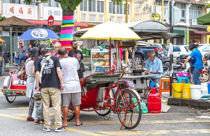 Turister som flockas till gatuförsäljaren i Penang royaltyfri foto