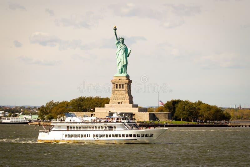 Turister som flockas till statyn av frihet, New York royaltyfria foton