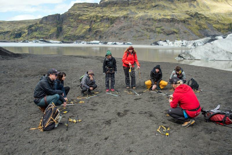 Turister som fotvandrar på den Solheimajokull glaciären, Island arkivbilder
