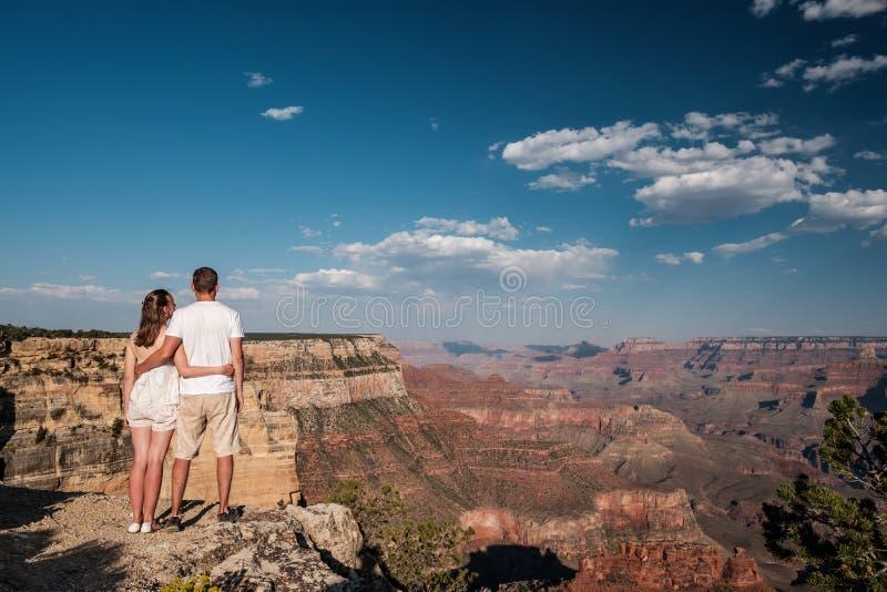 Turister som fotvandrar på Grand Canyon fotografering för bildbyråer