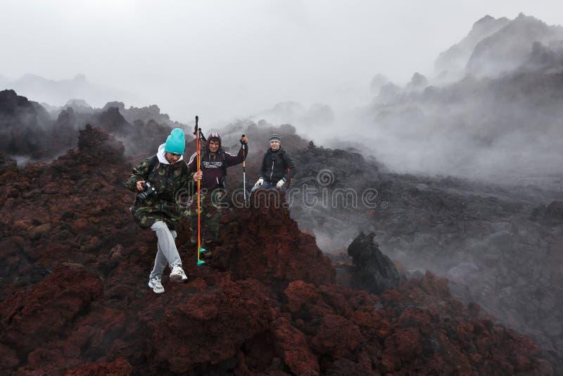 Turister som fotvandrar på Tolbachik för utbrott för lavafält den aktiva vulkan kamchatka royaltyfria bilder
