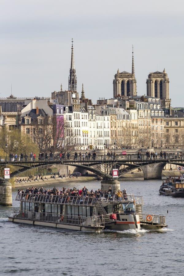 Turister som framme kryssar omkring konstbron royaltyfri foto