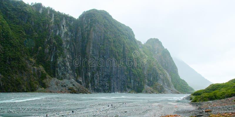 Turister som går i rävglaciärdalen, Nya Zeeland royaltyfria bilder