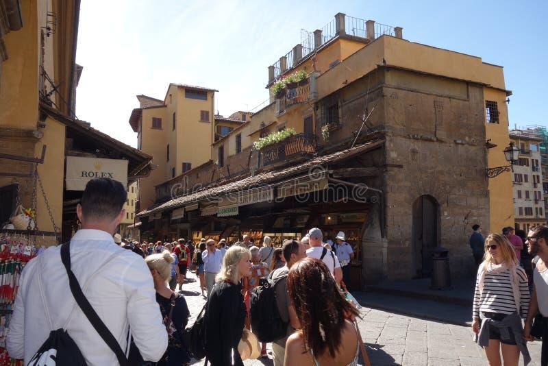 Turister som går på Ponte Vecchio i Florence fotografering för bildbyråer