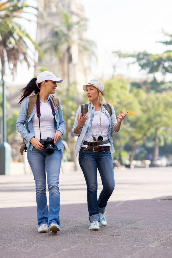 Turister som går staden royaltyfria bilder
