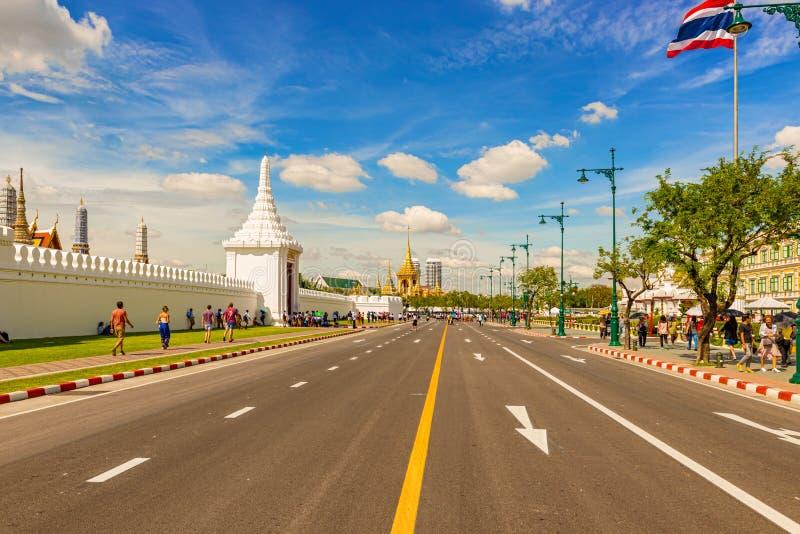 Turister som går till ingången till den storslagna slotten och Wat Phra Ka fotografering för bildbyråer