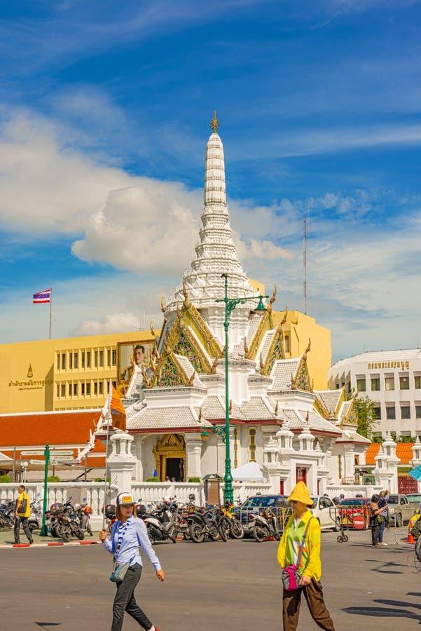 Turister som går till ingången till den storslagna slotten och Wat Phra Ka royaltyfri foto