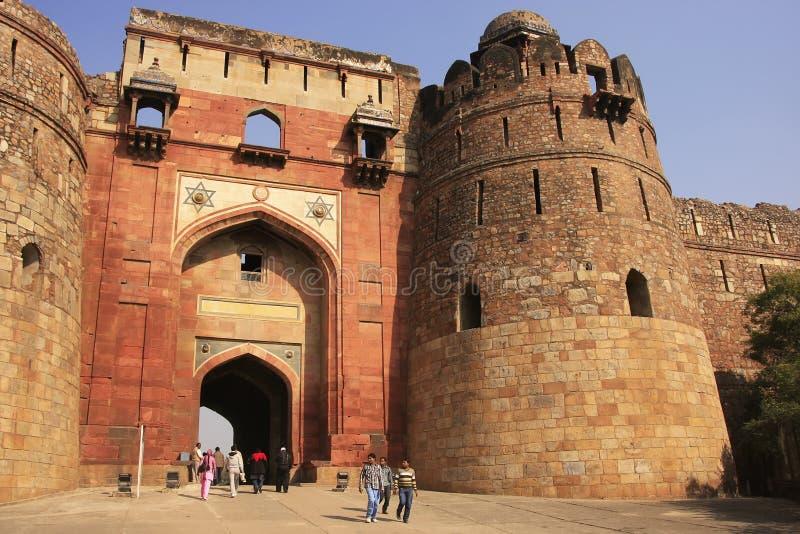 Turister som går till och med Bara Darwaza, stor port av Purana Qila, New Delhi royaltyfri foto