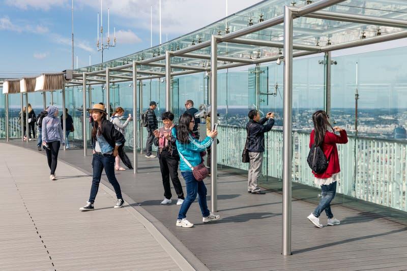 Turister som gör bilder från det Montparnasse tornet i Paris, Frankrike arkivbild