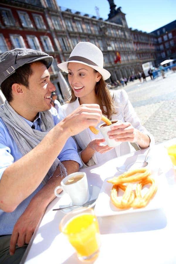 Turister som har frukosten i Madrid arkivfoto
