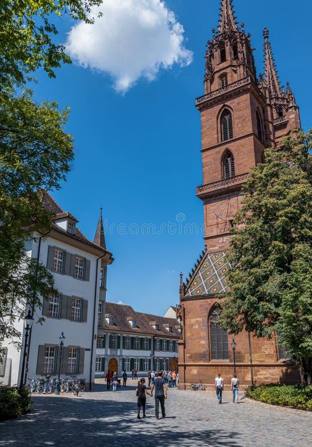 Turister som irrar runt om den gamla staden av Baseln - Maj 30, 2019 arkivbilder