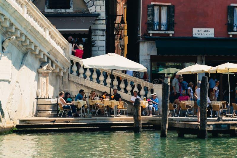 Turister som kopplar av i en sommardag i Venedig, Italien royaltyfri bild