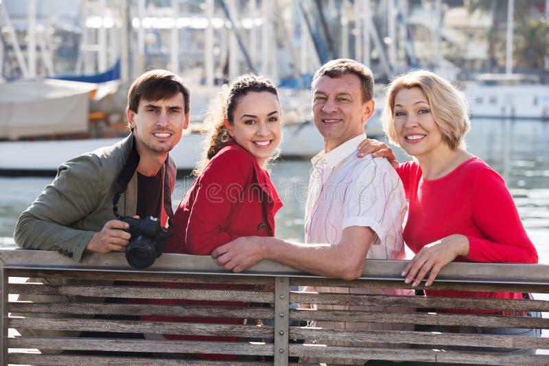 Turister som kopplar av på havsframdel royaltyfri bild