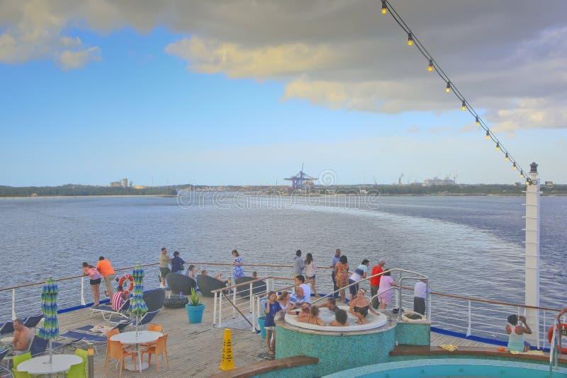 Turister som lämnar Bahamas på ett kryssningskepp arkivfoto