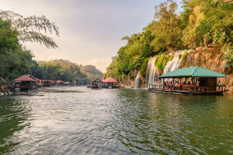 Turister som rafting till den Sai yokyai vattenfallet i tropisk rainforest på nationalparken royaltyfri foto
