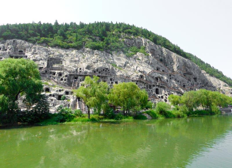 Turister som reser Longmen grottor royaltyfri foto