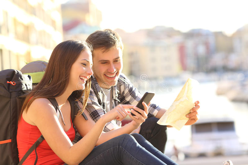 Turister som söker läge på en smart telefon royaltyfria foton