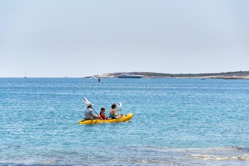 Turister som seglar på kajaken på den Kamenjak halvön i Premantura, Kroatien royaltyfri fotografi