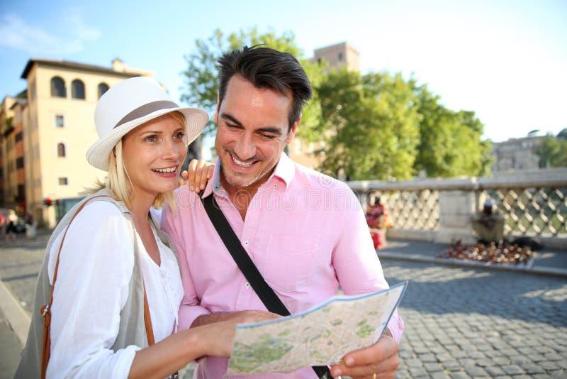 Turister som ser översikten, innan att besöka Rome arkivbild