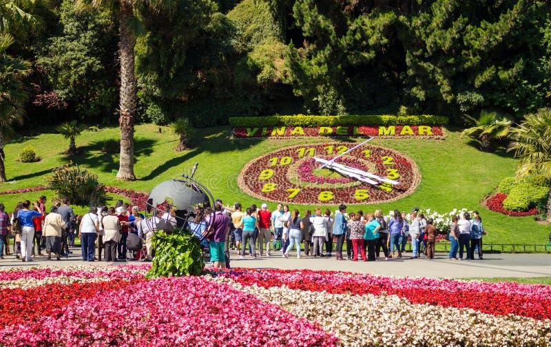 Turister som ser blomman, tar tid på Reloj de Flores i Vina D royaltyfria foton