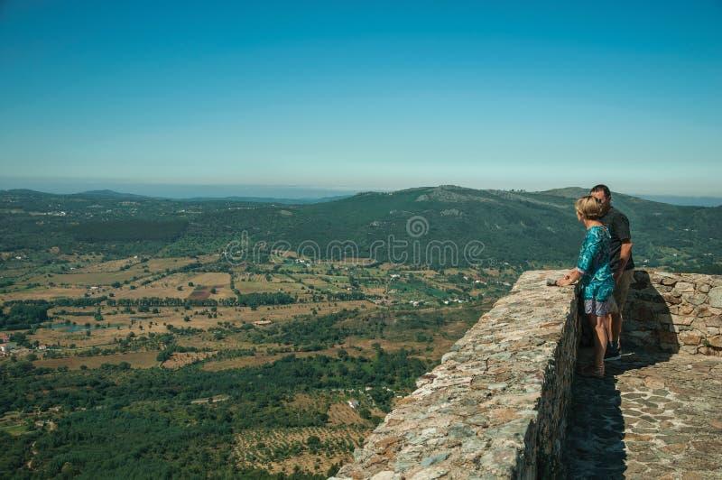 Turister som ser det bergiga landskapet från den Marvao slotten royaltyfri bild
