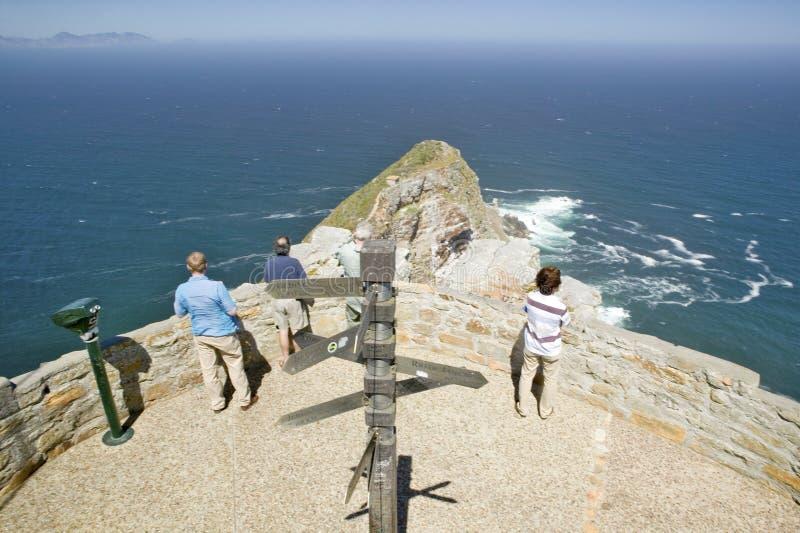 Turister som ser panoramautsikt av uddepunkt, udde av bra hopp, utanför Cape Town, Sydafrika visar sammanflöde av indiern Oc arkivfoto