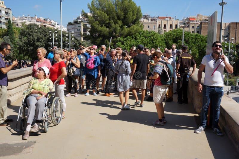 Turister som ser Sagrada Familia royaltyfria foton