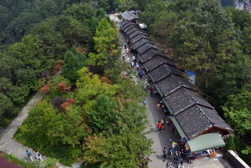 Turister som shoppar runt om Wulingyuan sceniskt område Det ` s som lokaliseras på royaltyfri bild