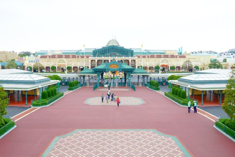 Turister som skriver in Tokyo Disneyland i Urayasu, Chiba, Japan royaltyfri fotografi