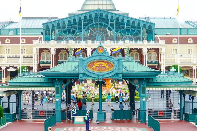 Turister som skriver in Tokyo Disneyland i Urayasu, Chiba, Japan royaltyfria bilder