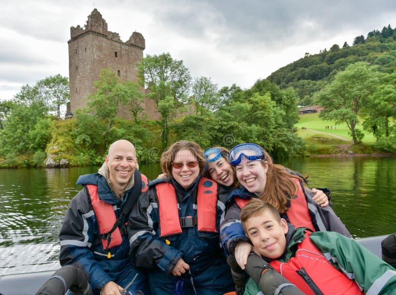 Turister som speedboating på ett STÖDfartyg, Loch Ness royaltyfri foto