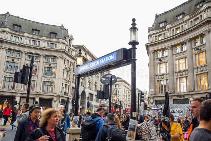 Turister som spenderar deras tid på Oxford Street, det mest Europaets mest upptagna shoppa gata i London, UK arkivfoton