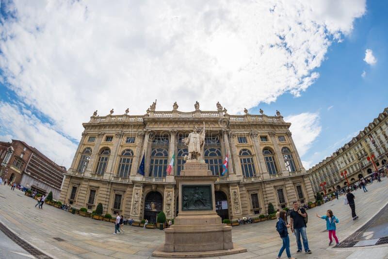Turister som strövar omkring i den historiska mitten av Torino (Turin, Italien) Fasad av Palazzo Madama i Piazz royaltyfri bild