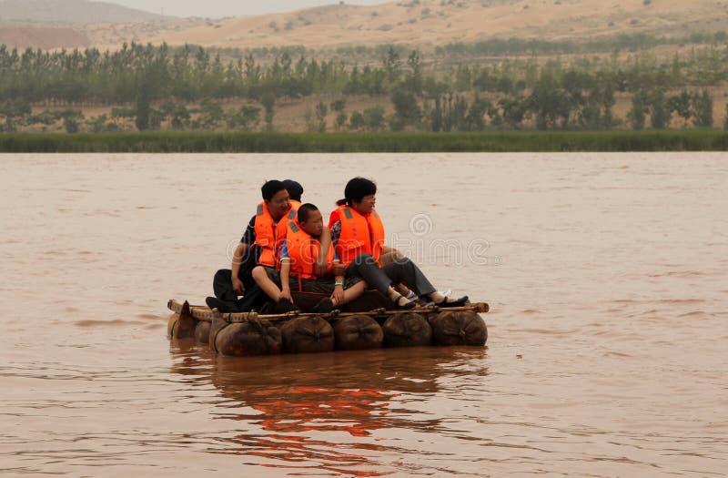 Turister som svävar längs Yellowet River Huang He på flottar för en fårskinn arkivbild