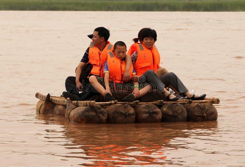 Turister som svävar längs Yellowet River Huang He på flottar för en fårskinn royaltyfri fotografi