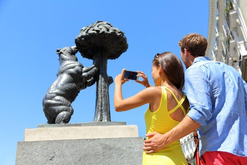 Turister som tar bilder av björnstatyn i Madrid royaltyfri bild