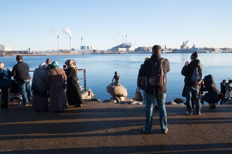 Turister som tar bilder av den lilla sjöjungfrustatyn, Köpenhamn, Danmark fotografering för bildbyråer