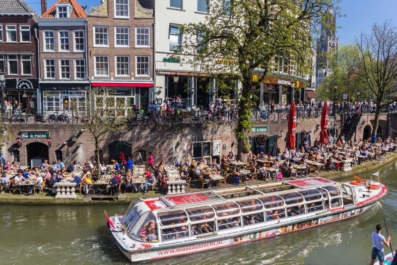 Turister som tar en turnera till och med kanalerna av Utrecht royaltyfri bild