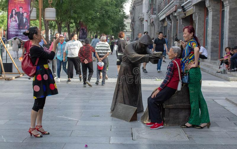 Turister som tar foto på den Qianmen gatan royaltyfri bild